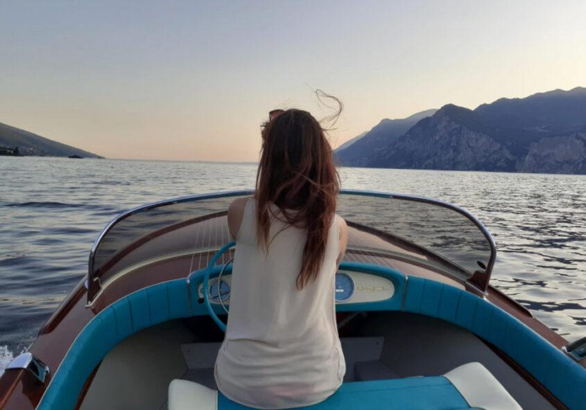 Tour in Barca sul Lago di Garda. Barca Riva Junior
